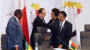 Rais wa Ufaransa, François Hollande, akimpongeza Michaëlle Jean, baada ya kupitishwa kwenye uongozi wa OIF.