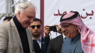 Mohammed el-Emadi (droite), l'ambassadeur du Qatar à Gaza et Matthias Schmale, directeur de l'agence de l'ONU pour les réfugiés palestiniens, à l'hôpital Shifa de Gaza, le 19 février 2018.
