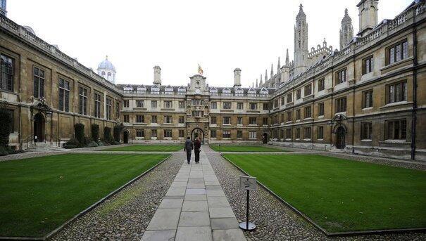 A Universidade de Cambridge, que é ao lado de Oxford, a mais antiga e uma das mais prestigiosas do Reino Unido.