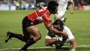 Японец Хиротоки Онодзава (в красном) не смог остановить француза Лионеля Нолле в финальных 10 минутах игры