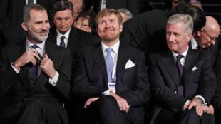 El rey Willem-Alexander de los Países Bajos (C), el rey Felipe de Bélgica (D) y el rey Felipe de España (I) asisten a una ceremonia en el centro conmemorativo del Holocausto Yad Vashem en Jerusalén, el 23 de enero de 2020.