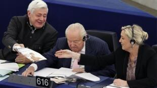 Bruno Golnish (g.) et Marine Le Pen (d.), encadrant Jean-Marie Le Pen (c.), au Parlement européen, le 11 décembre 2013.