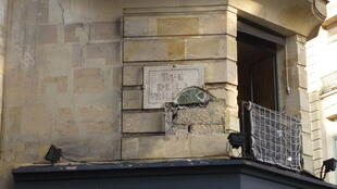 Одна из старых табличек с названием улицы