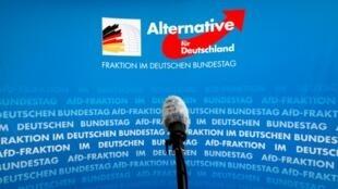 Un micro devant le logo du parti d'extrême droite AfD, à Berlin, le 12 mars 2020.