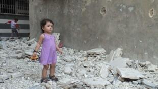 Menina observa destruição em Homs.