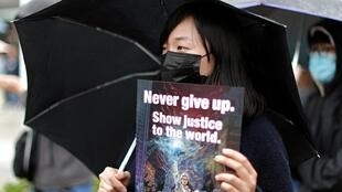 2019年12月29日,香港市民在爱丁堡广场集会,继续重申反送中运动五大诉求。标语牌上写着:永不放弃。