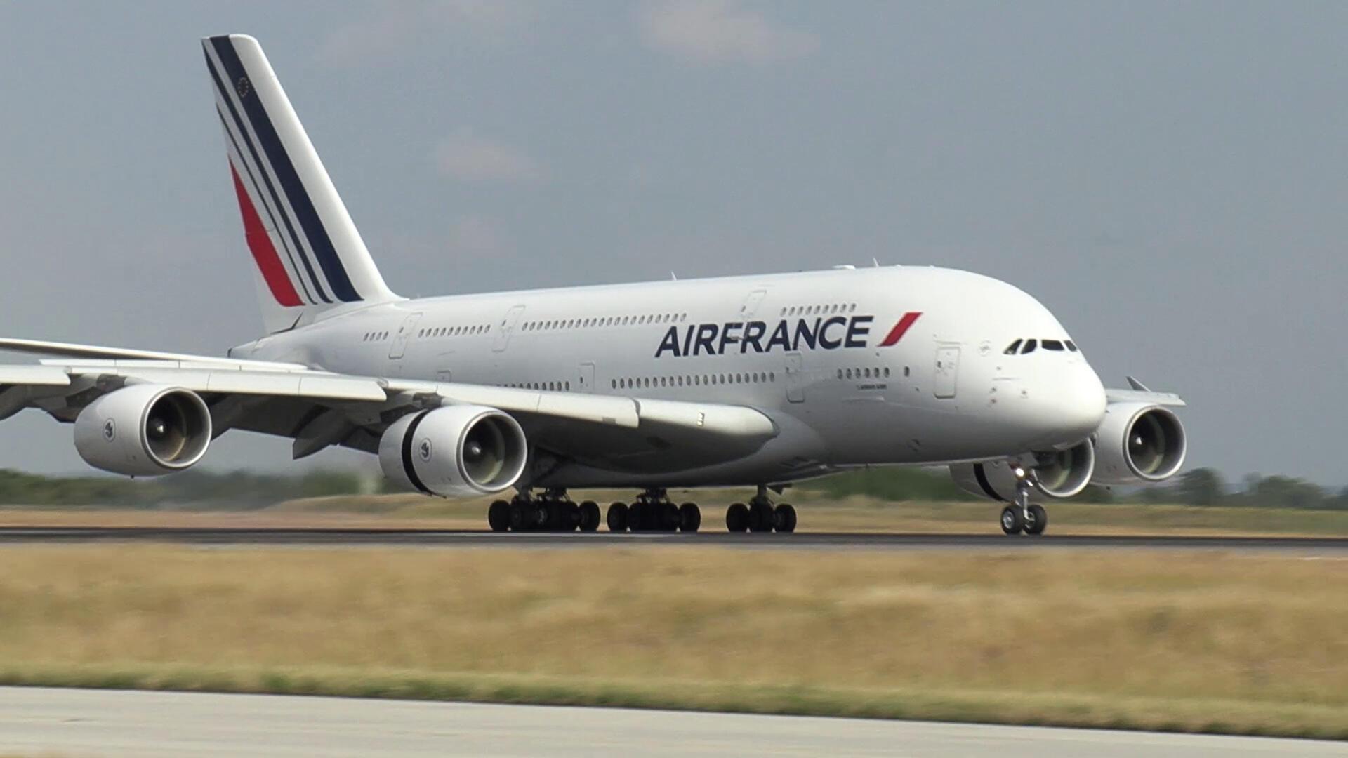 Imagen emitida por Air France el 26 de junio de 2020, que muestra un avión Airbus A380 de Air France mientras aterriza en el aeropuerto de París-Charles-de-Gaulle en Roissy-en-France durante un vuelo con la compañía