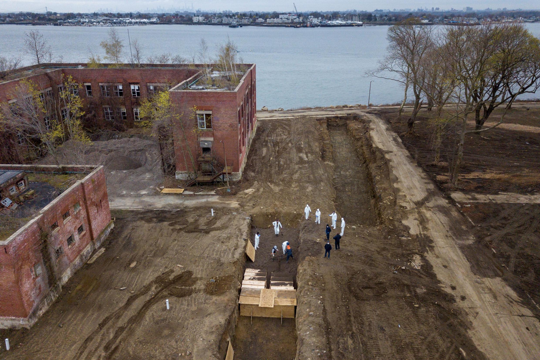 Imagens de drones mostram enterros sendo realizados na Ilha de Hart, em Nova York, 10 de abril de 2020.