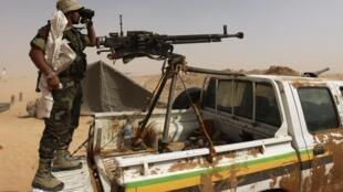 Un combattant rebelle observe l'horizon à l'aide de ses jumelles, à Ajdabiya, le 27 juin 2011.