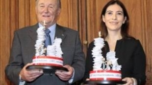 Albert Uderzo, le « père » d'Astérix et Anne Goscinny, la fille du scénariste René Goscinny, fêtent le 26 septembre 2011 à Paris les 350 millions albums vendus.