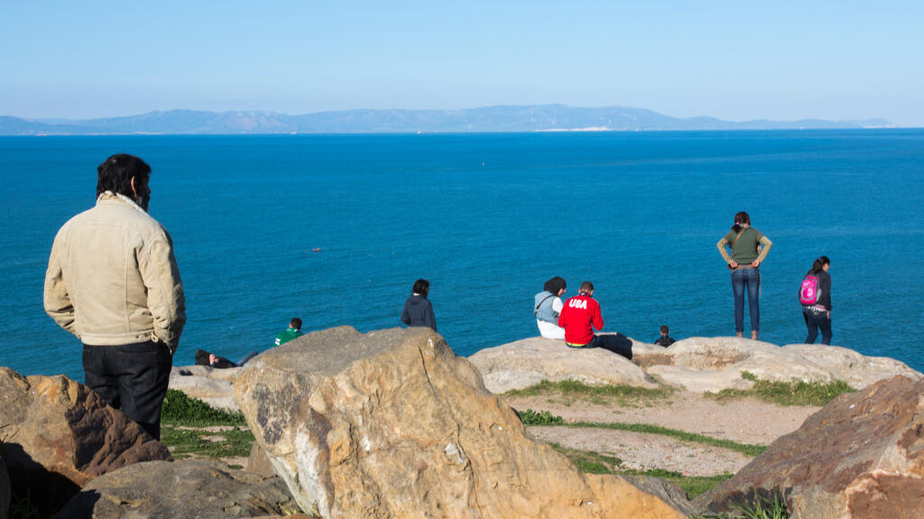 Depuis Tanger au Maroc, des personnes observent les falaises du continent européen situées de l'autre côté de la mer Méditerranée, en Espagne.