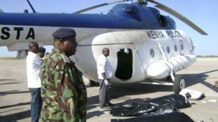 Helikopta ya jeshi la Kenya ikijiandaa kusafirisha miili ya watu saba waliouawa katika mashambulizi ya Al Shabab kaskazini mwa Kenya karibu na mji wa Wajir Januari 12, 2012.