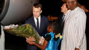 Shugaban Faransa Emmanuel Macron, tare da shugaban kasar Burkina Faso Roch Marc Christian Kabore, a lokacin da ya sauka a birnin Ouagadougou.