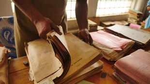 L'équipe d'archivistes s'affaire à pré-classer les quelque 2,5 millions de feuilles d'archives de la Seconde République.