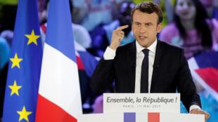 Đã từ rất lâu mới có một ứng cử viên tổng thống tranh cử với lá cờ EU bên cạnh quốc kỳ: ông Emmanuel Macron.