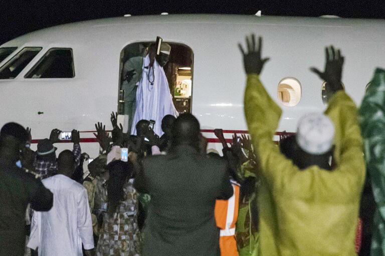 Yahya Jammeh salue pour la dernière fois ses partisans avant de rentrer dans l'avion du président Alpha Condé.