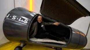 Le Suisse Hugo Soder présente son invention une capsule d'immersion sensorielle avec capture d'esprit pour hypnothérapie, au 41ème Salon de l'invention à Genève, le 10 avril 2013.
