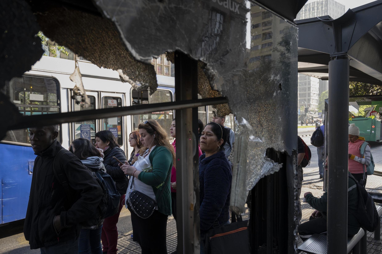 As pessoas esperam para pegar um ônibus em Santiago, Chile, em 21 de outubro de 2019.