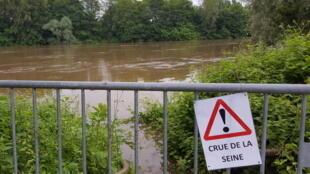 Crue spectaculaire de la Seine à Chatou, dans les Yvelines, le 4 juin 2016. Au fond : une partie de l'île des Impressionnistes.