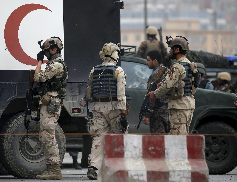 Les forces de sécurité afghanes sur le site de l'attentat-suicide à la voiture piégée, à Kaboul, le 19 avril 2016.