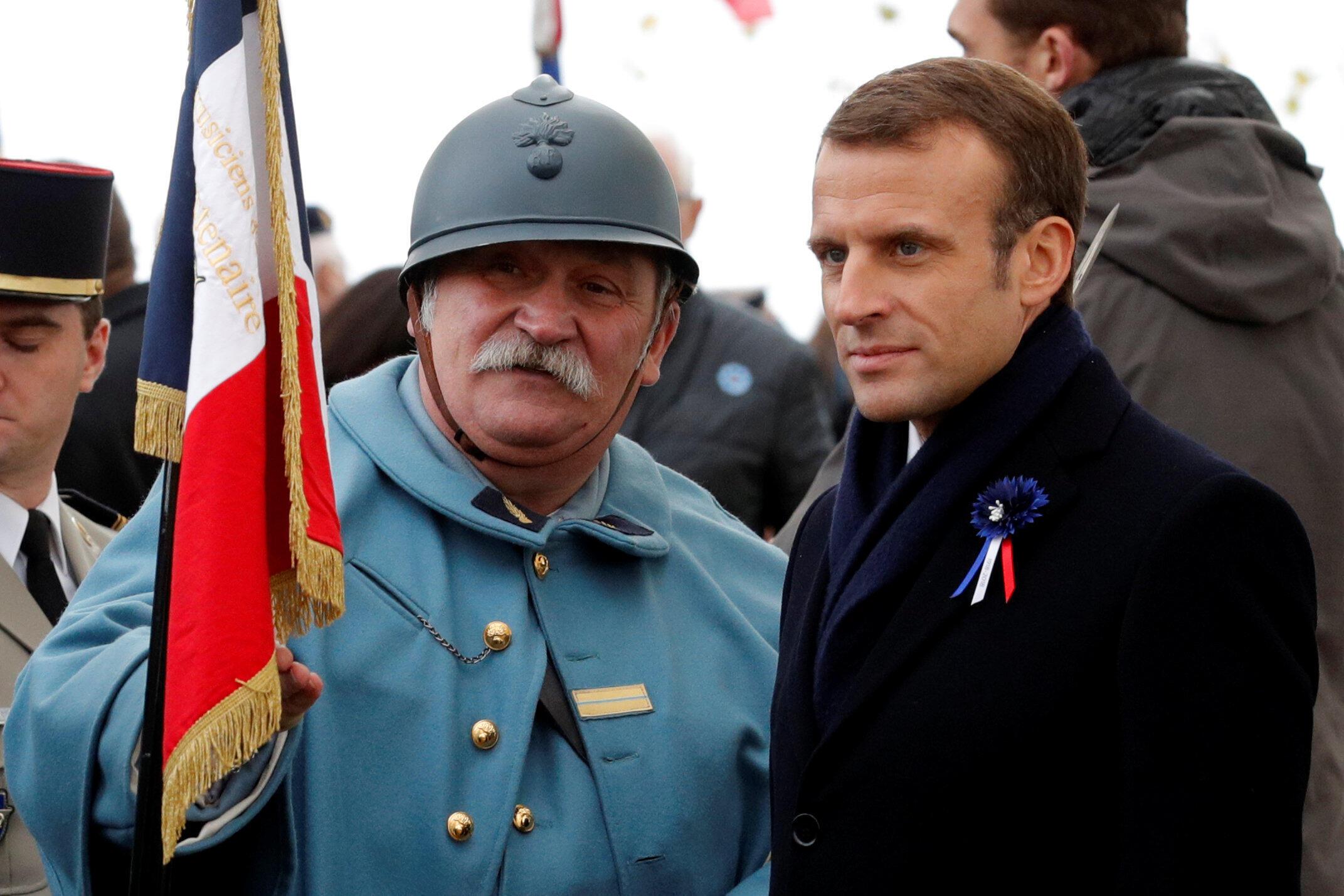 O presidente Emmanuel Macron (à direita) participa de cerimônia no Memorial da Batalha de Morhange (leste), no âmbito das comemorações do centenário do fim da Primeira Guerra Mundial.