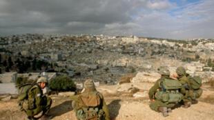 L'armée israélienne a arrêté 12 Palestiniens soupçonnés d'activités terroristes en Cisjordanie.
