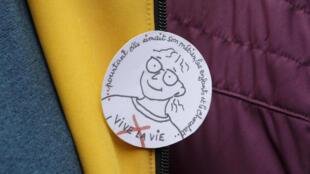 В Пантене прошел траурный марш в память о совершившей суицид директоре школы Кристин Ренон