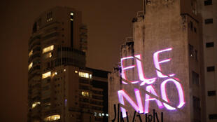 """Frase """"Ele Não"""" em referência a Jair Bolsonaro, projetado em um muro durante um comício de Fernando Haddad, em 24 de outubro."""