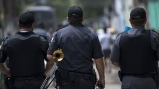 Le chaos sécuritaire s'est empiré depuis le déploiement de l'armée à Rio. Ici, des gendarmes quittent un événement organisé par les Forces armées dans la favela Vila Kennedy, à Rio de Janeiro, le 17 mars 2018.