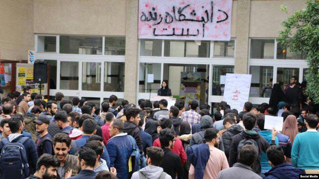 """چند روز مانده به شانزدهم آذر -روز دانشجو- وزارت اطلاعات خبر داد که اعضای """"یک شبکۀ ضدانقلاب"""" را بازداشت کرده که میخواستهاند در روز دانشجو آشوب به پا کنند."""