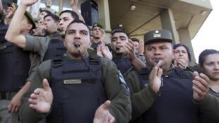 Vêtus de leur uniforme, les gendarmes argentins se sont réunis devant leur état-major ce jeudi 4 octobre pour demander de meilleurs salaires.