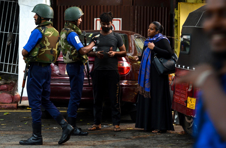 Une femme musulmane se découvre au passage d'un check-point à Colombo, le 30 avril 2019.