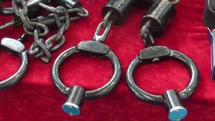 Các loại còng sắt sản xuất tại Trung Quốc dùng để tra tấn nghi phạm.