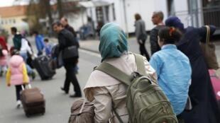 Des réfugiés syriens arrivent au camp de Friedland, dans le nord de l'Allemagne, le 4 avril 2016.
