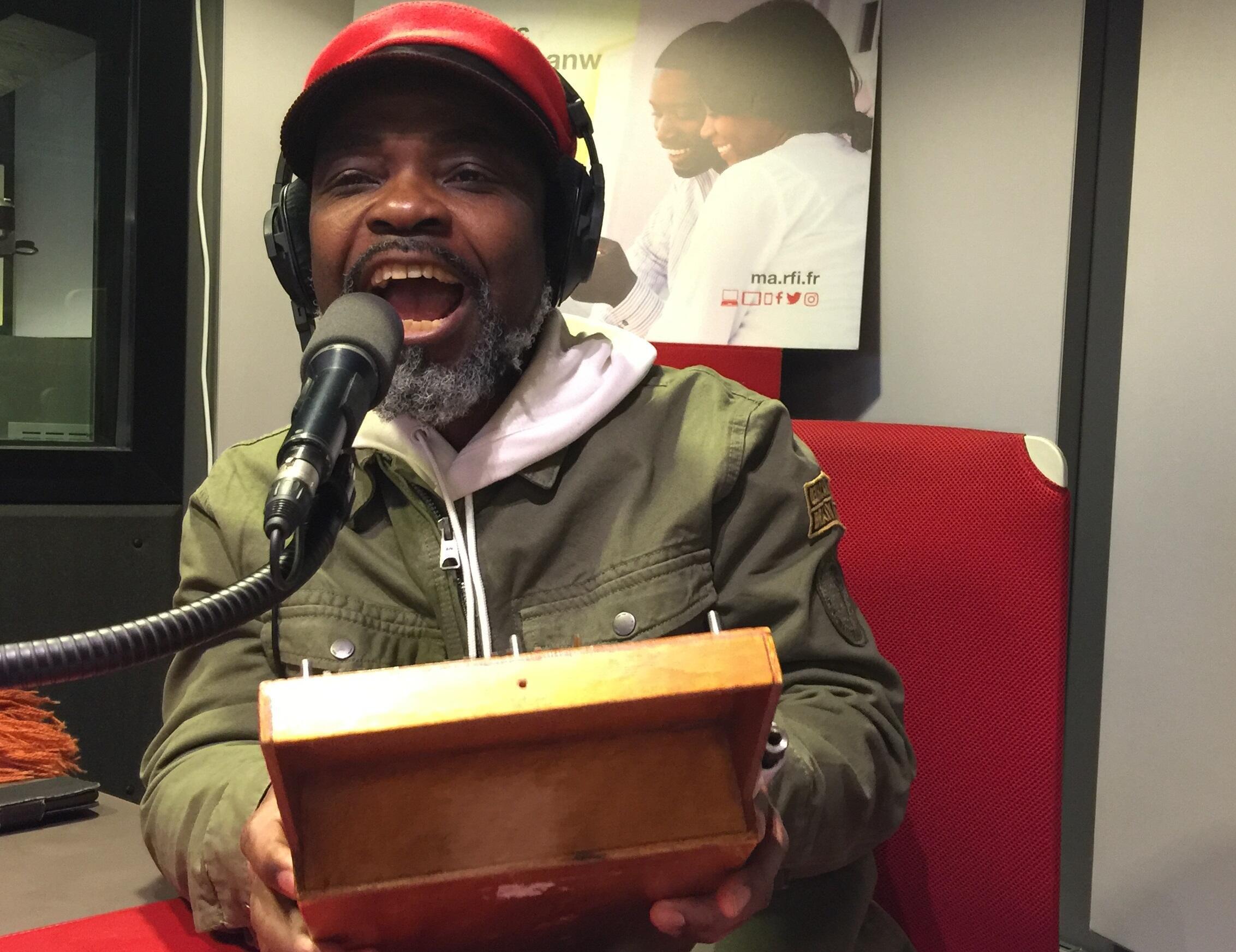 O músico angolano Lulendo nos estúdios da RFI. 19 de Fevereiro de 2018.