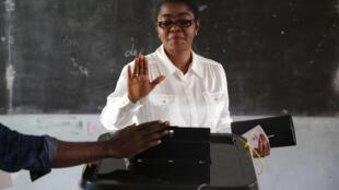 La maire de Libreville Rose Christiane Ossouka Raponda (ici lors du vote pour les élections locales du 6 octobre 2018) est promue ministre de la Défense du gouvernement gabonais, lundi 28 janvier.