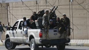 Miliciens chiites aux abords du palais présidentiel à Sanaa, le 21 janvier 2015.