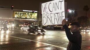«Je ne peux pas respirer»: ce sont les derniers mots d'Eric Garner et c'est le mot d'ordre des manifestants qui protestent contre la décision du Grand jury de ne pas inculper le policier blanc auteur de l'arrestation qui a coûté la vie à Eric Garner.