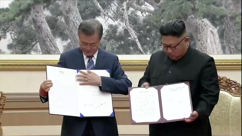 Văn kiện ký giữa tổng thống Hàn Quốc Moon Jae-in (trái) và chủ tịch Bắc Triều Tiên Kim Jong Un trong cuộc gặp thượng đỉnh lần 3 đang mở ra những dự án hợp tác hai miền nhiều triển vọng.