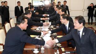 Las delegaciones sur y norcoreanas durante una reunión en Panmunjom, en la zona desmilitarizada que separa los dos países, el 9 de enero de 2018.