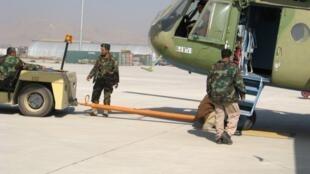 L'hélicoptère de combat MI35, de conception soviétique, sur le tarmac de l'héliport de la base de Kaboul.