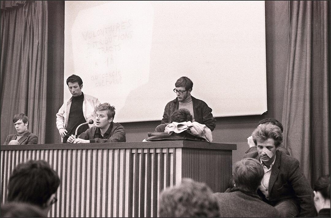 Daniel Cohn-Bendit (ao microfone) fala durante coletiva na Universidade de Nanterre em 10 de maio de 1968.