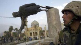 ការទម្លាក់រូបចម្លាក់មេដឹកនាំអៀរ៉ាក់ Saddam Hussein