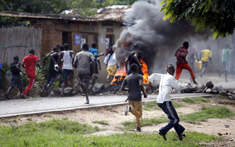 Des manifestants poursuivis par la police s'enfuient dans le quartier de Buterere, le 12 mai.