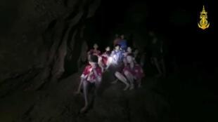 Os 12 meninos e seu treinador de futebol encontrados vivos depois que passaram nove dias sem se alimentar dentro de uma caverna inundada do norte da Tailândia precisam recuperar forças antes de uma delicada operação de resgate.