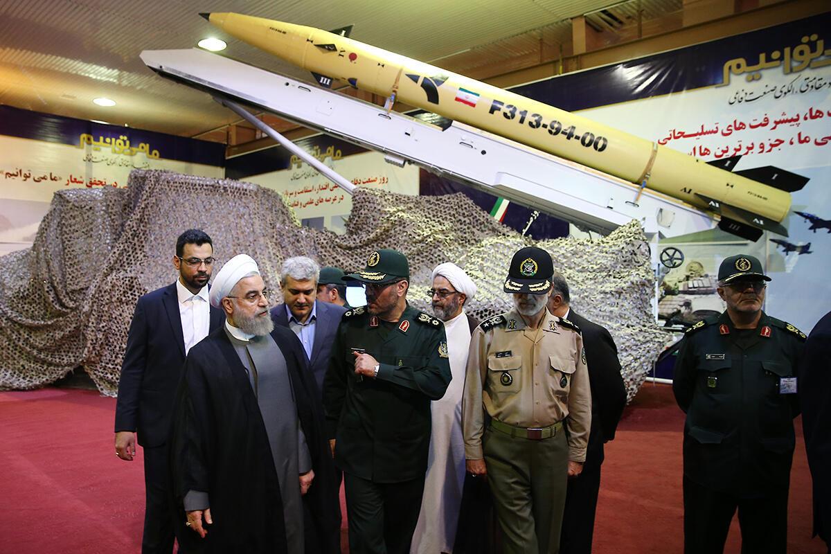 Le président Hassan Rohani (G) a dévoilé le nouveau missile iranien, le Fateh 313, le 22 août 2015, à l'occasion de la journée de l'industrie de défense.