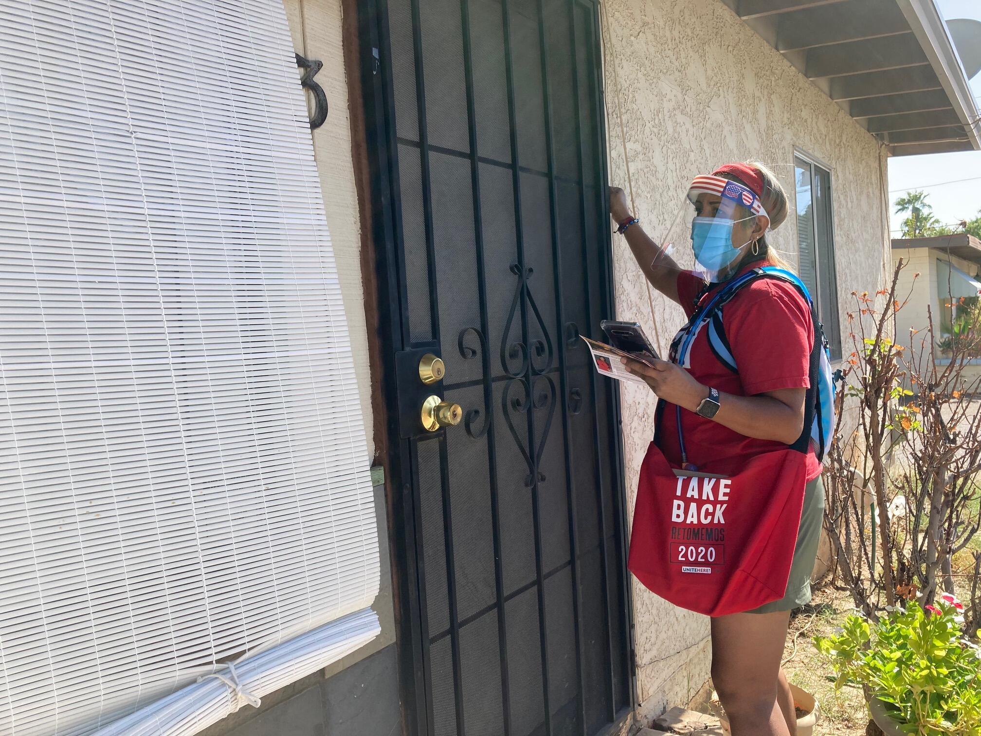 Maggie Acosta a perdu son emploi dans la restauration, lors de la crise du Covid-19. Unite Here 11 l'a embauchée, le temps des élections pour tenter de convaincre les électeurs latinos de se rendre aux urnes. Elle frappe à 80 portes par jour.