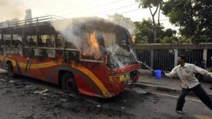 Manifestantes em Dacca se revoltam contra a condenação à morte de líder islâmico.