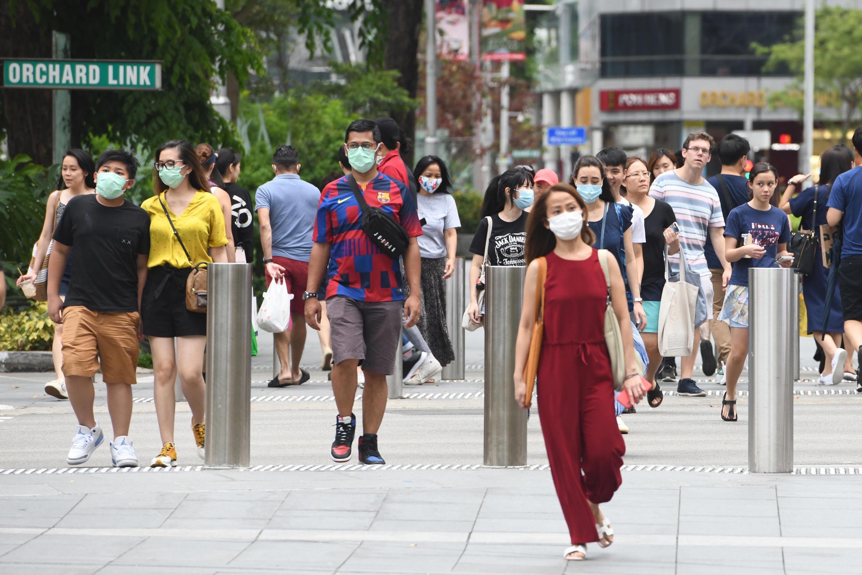 Người dân Singapore đeo khẩu trang khi ra phố. Ảnh chụp ngày 05/04/2020.