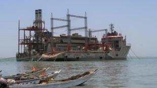 Usine flottante de l'entreprise Karpowership au large de Banjul en Gambie.